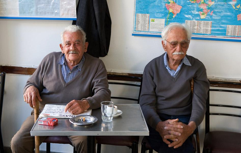 Deux clients au Café Platanos © Maurice Rougemont
