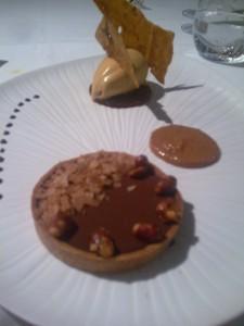 Tarte au chocolat, pralin de cacahuète et glace au caramel salé © GP