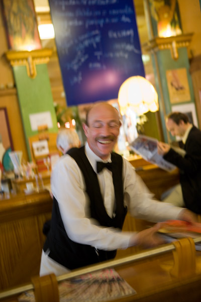 Le sourire du serveur © Maurice Rougemont