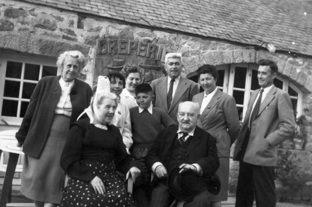 Curnonsky et la famille Le Coz dans les années 1950 © DR