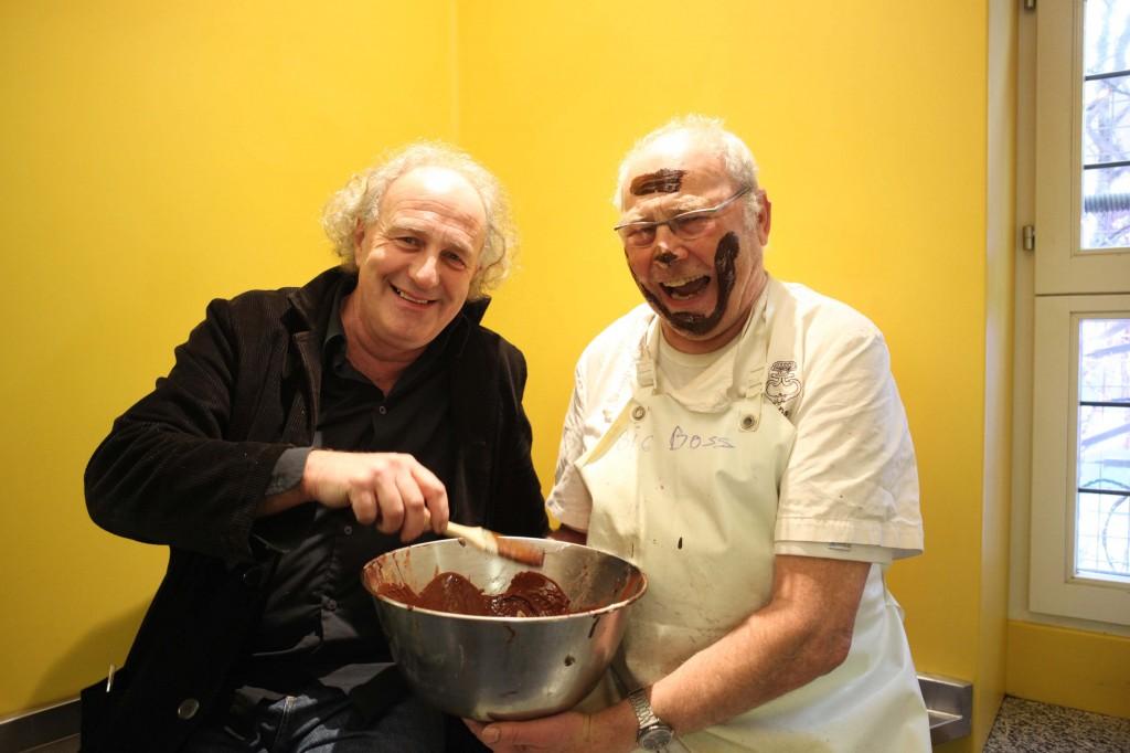 Edgar peignant le pâtissier Christian au chocolat © Maurice Rougemont