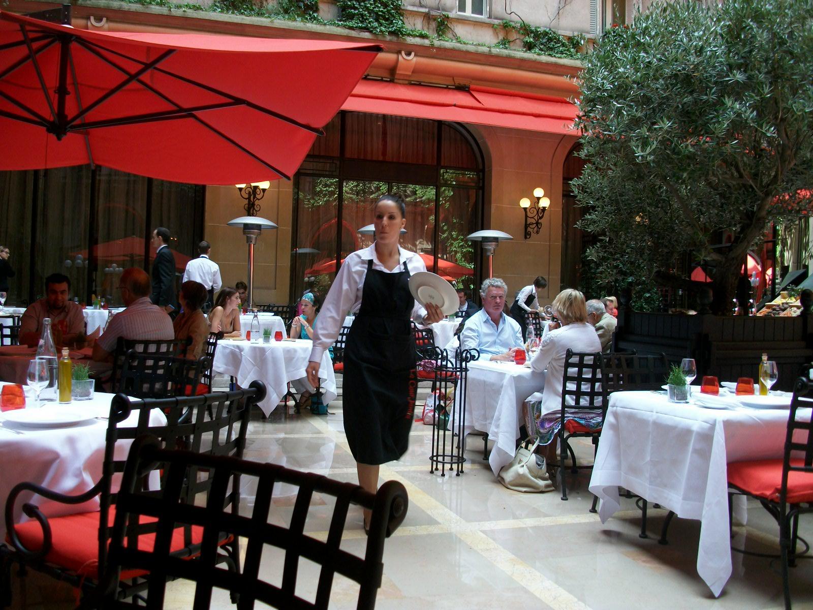 La cour jardin au plaza ath n e restaurant paris 8e for Restaurant au jardin paris