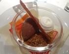 Flan au caramel, crumble d'amandes, crème Tonka, sorbet chocolat ©GP