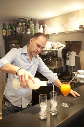 Sébastien au bar © Maurice Rougemont