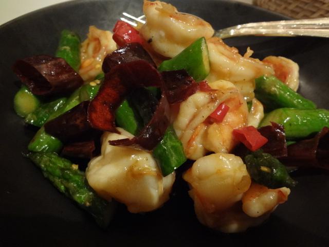 Crevettes sautées aux légumes et piment © GP