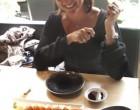 Une cliente et ses sashimis ©Maurice Rougemont