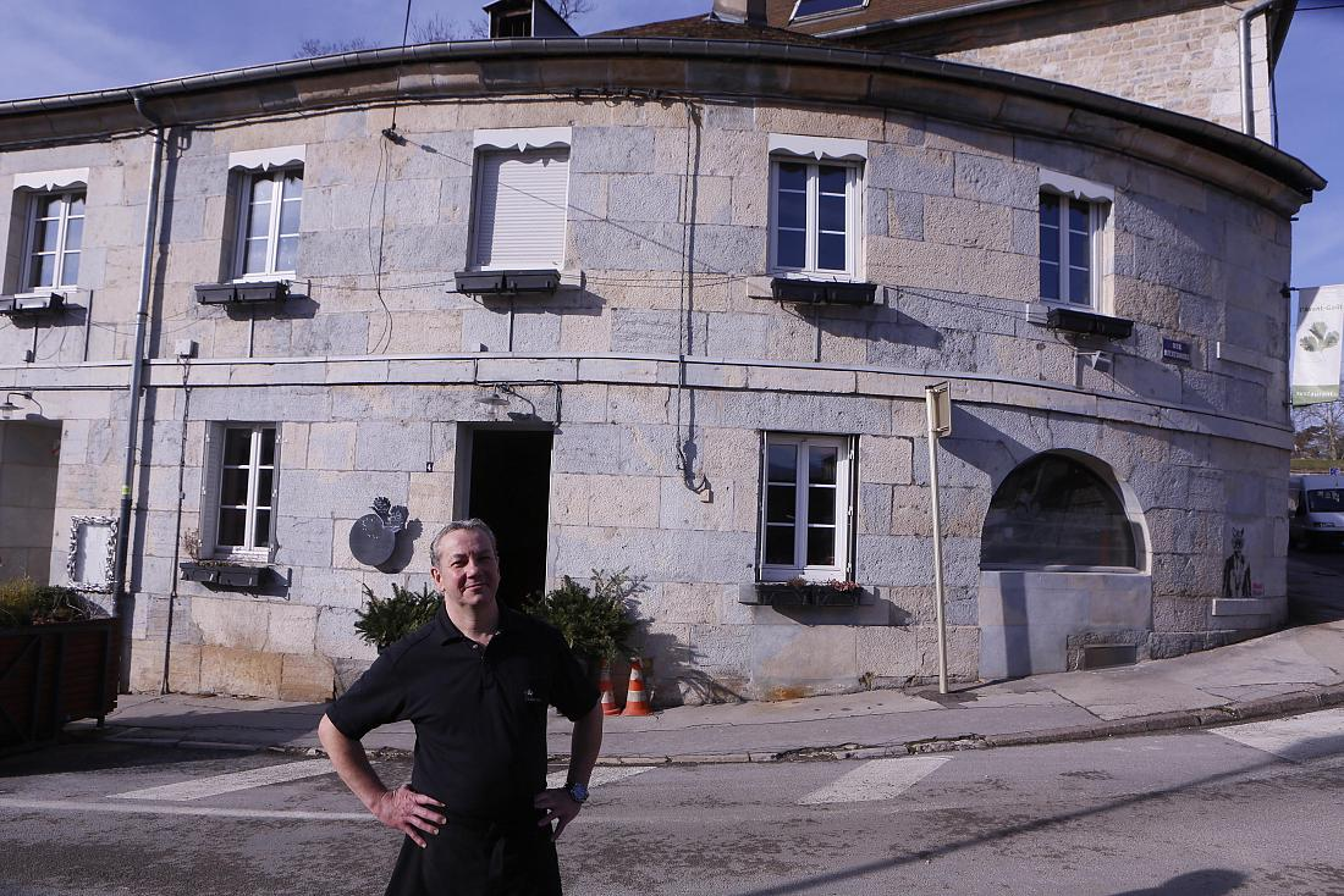 Thierry devant sa maison ©Maurice Rougemont