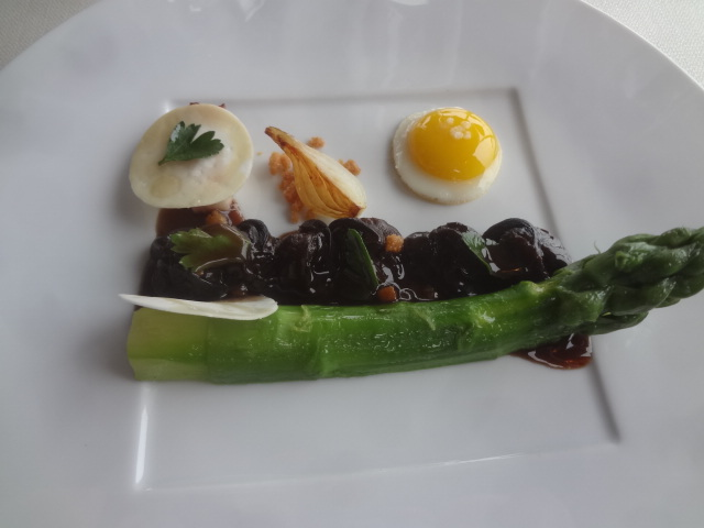 Asperges et escargots sauce meurette ©GP
