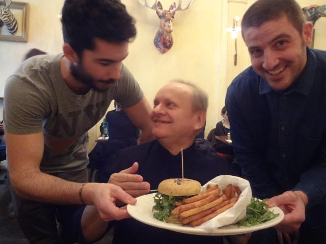 Joël entre Julien et Benjamin avec le cheeseburger ©GP