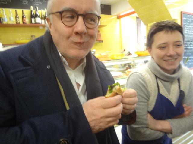 Alain Ducasse goûte la milanaise de veau sauce gribiche en sandwich ©GP