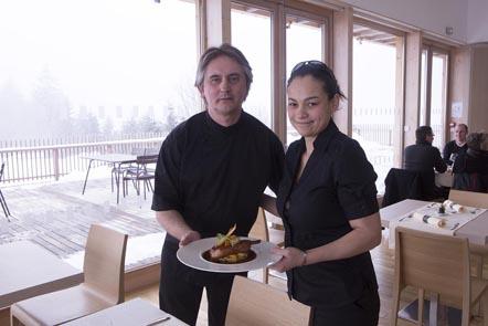 Christophe Carel et la serveuse © Maurice Rougemont