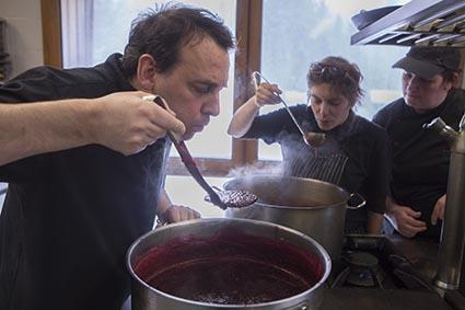 Olivier en cuisine © Maurice Rougemont