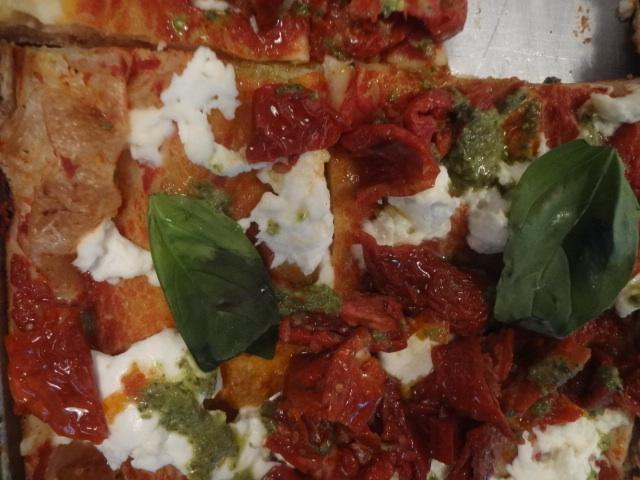 Pizza aux tomates séchées ©GP