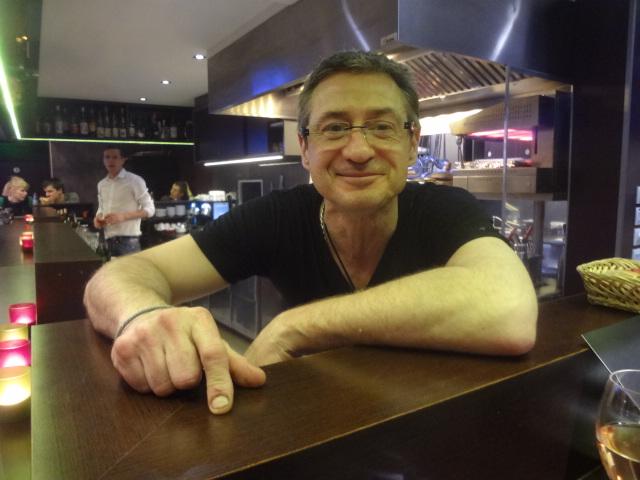 Eric Maire au comptoir © GP