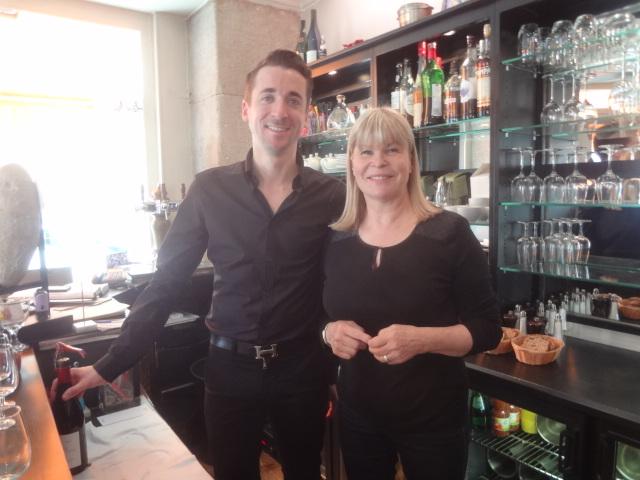 Ghislaine au bar avec le serveur © GP