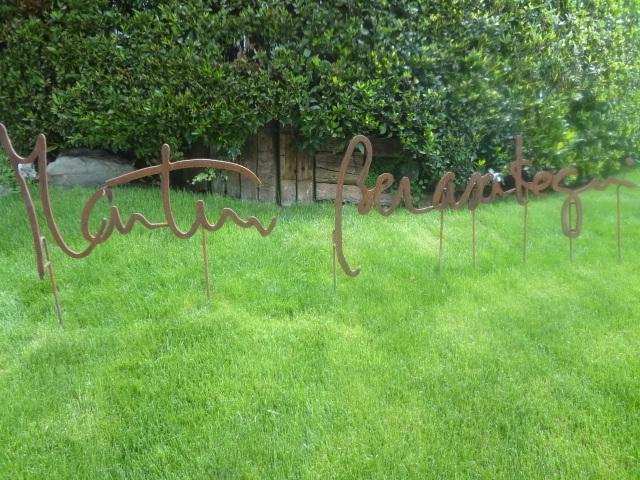 Enseigne dans le jardin ©GP