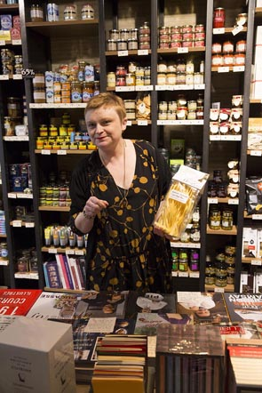 Nathalie et ses produits © Maurice Rougemont