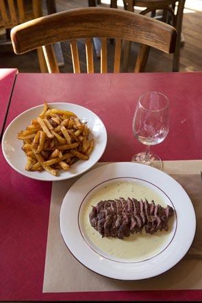 Rumsteak à la planche avec frites ©Maurice Rougemont