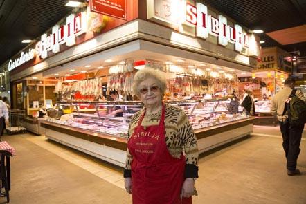 Colette Sibilia devant son étal© Maurice Rougemont