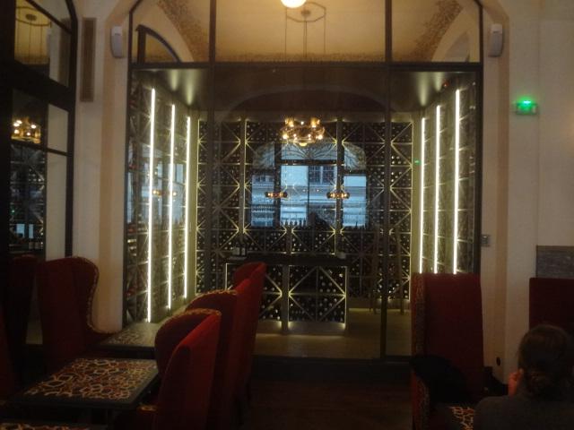 Le bar et la cave vitrée © GP