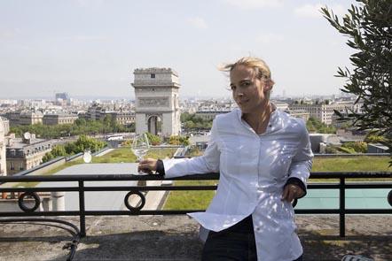 Amandine et l'Arc de Triomphe © Maurice Rougemont