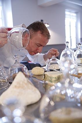 Laurent Trochain avec ses fromages ©Maurice Rougemont