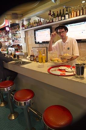 Au bar © Maurice Rougemont