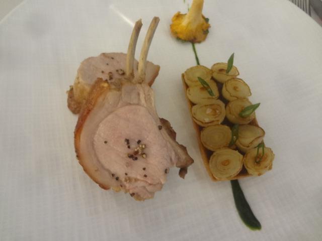 Carré de porcelet, tarte aux oignons grelots © GP