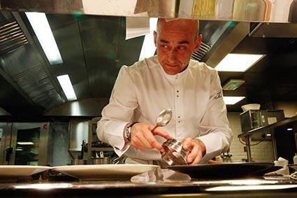 Vincent Maillard en cuisine © Maurice Rougemont
