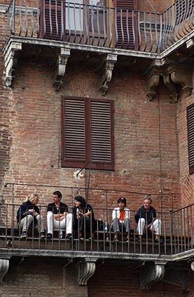 Jeunes gens au balcon © Maurice Rougemont