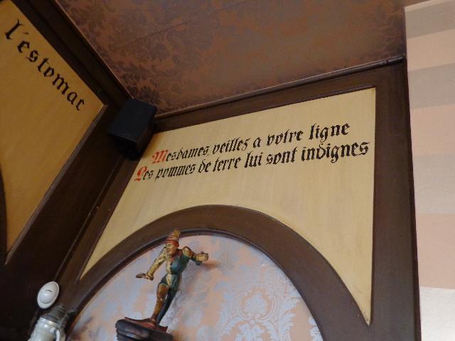 Proverbes dans une salle © GP