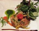Noix de Saint-Jacques rôties sur une Tatin de légumes croquants, pesto de roquette © AA