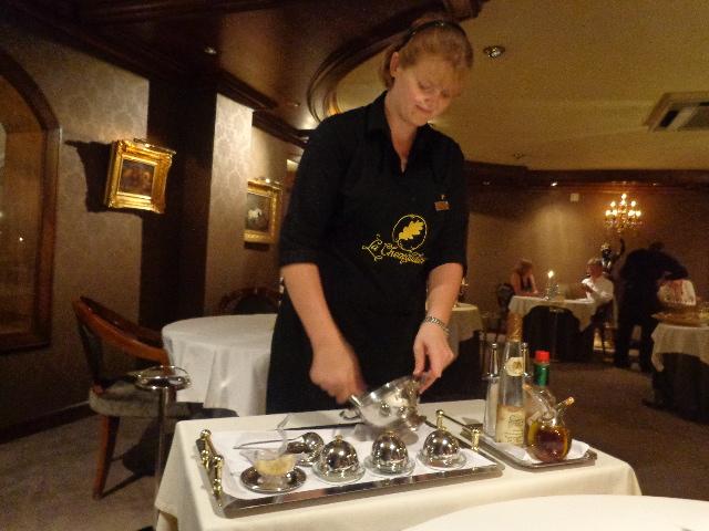Préparation du saumon à la table © GP
