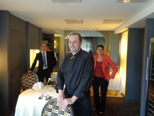 Yves Kieffer,  avec Béatrice et le maître d'hôtel © GP