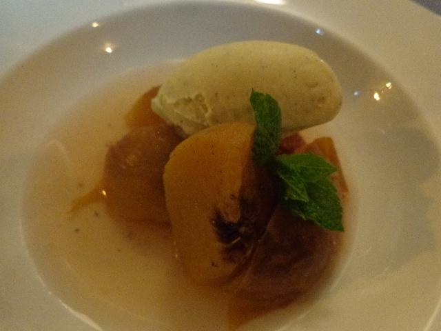 Pêche pochée et glace vanille © GP