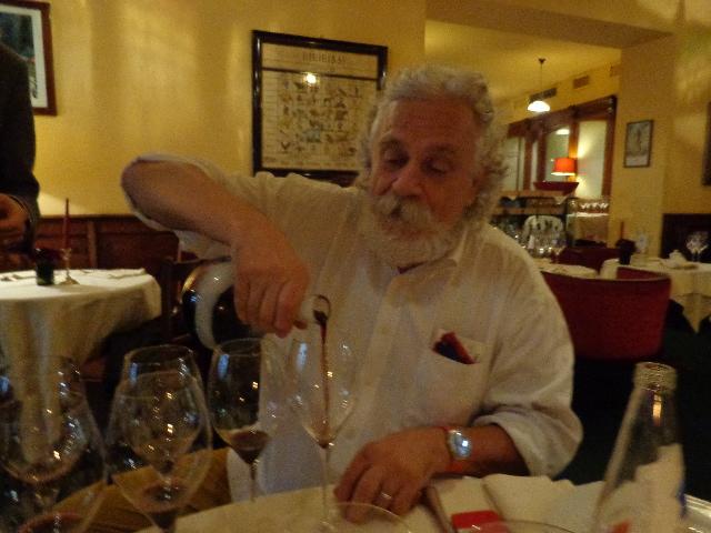 Fabio fait goûter un banyuls © GP