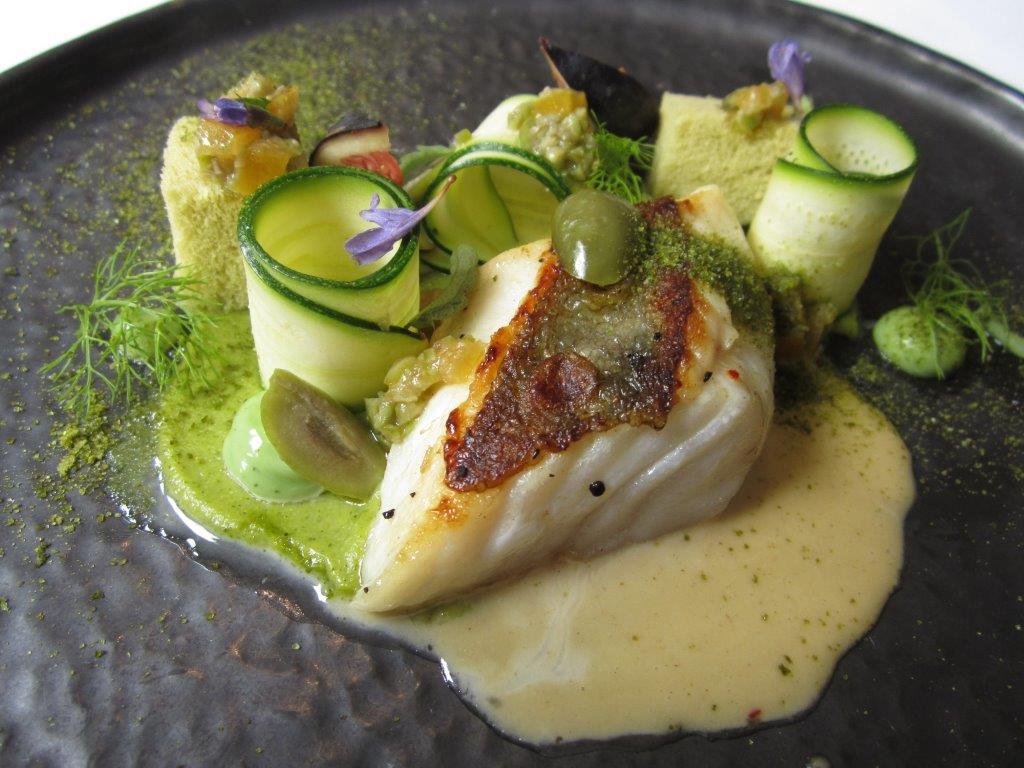 Filet de St Pierre, courgette, olives cassées © AA