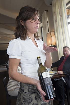 Le service du vin © Maurice Rougemont