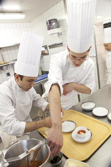 Au travail en cuisine © Maurice Rougemont