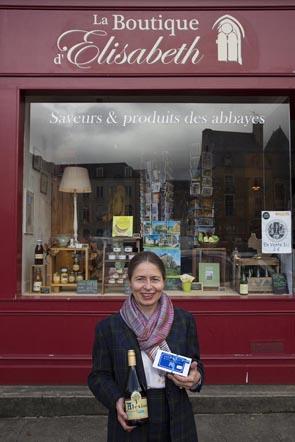 Elisabeth devant sa boutique ©Maurice Rougemont