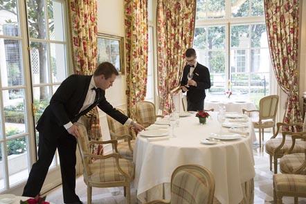 La préparation des tables ©Maurice Rougemont