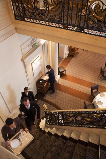 Dans l'escalier © Maurice Rougemont