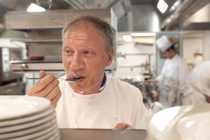 Eric Fréchon en cuisine © Maurice Rougemont