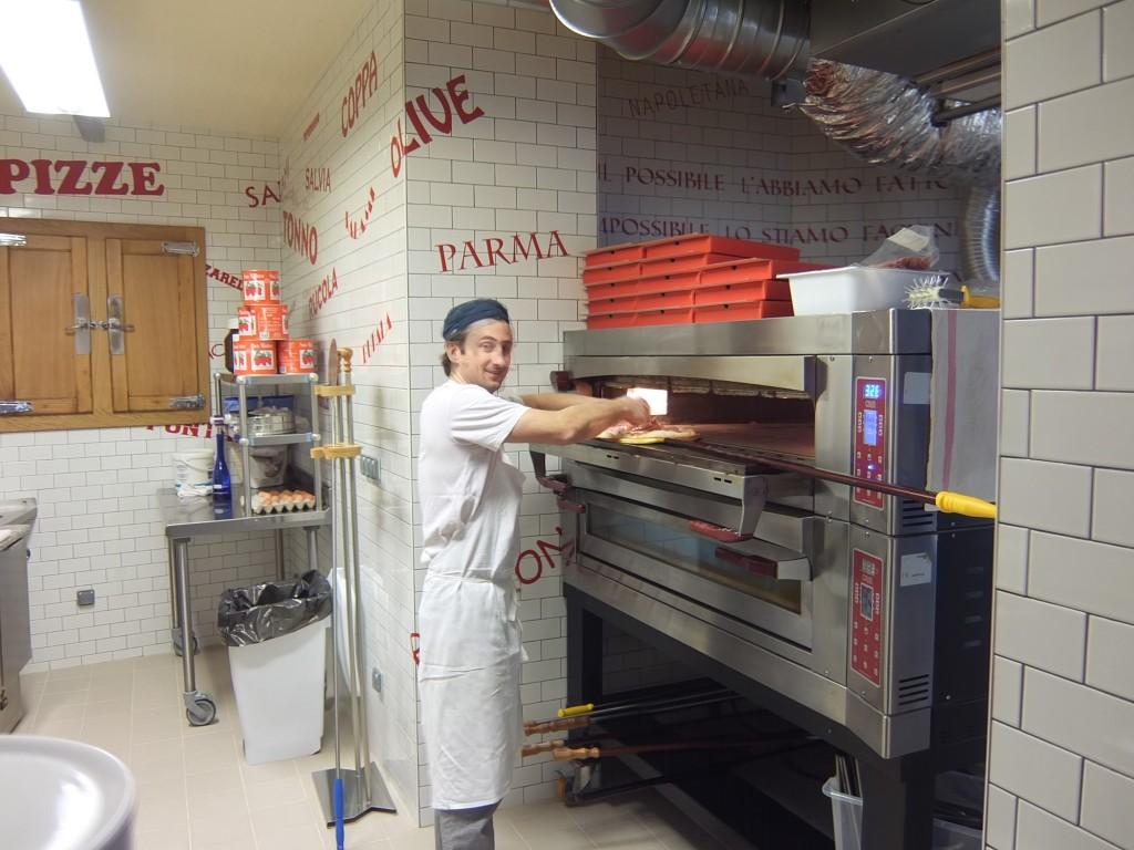Le pizzaïolo au travail © GP