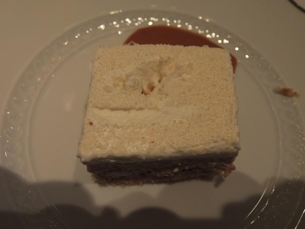 Biscuit amandes, crémeux praliné, mousse vanille © GP