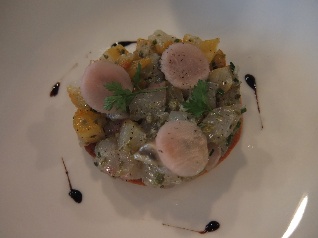 Tartare de daurade et haddock sur sablé parmesan © GP