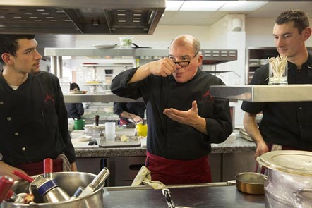 Michel Kayser en cuisine © Maurice Rougemont
