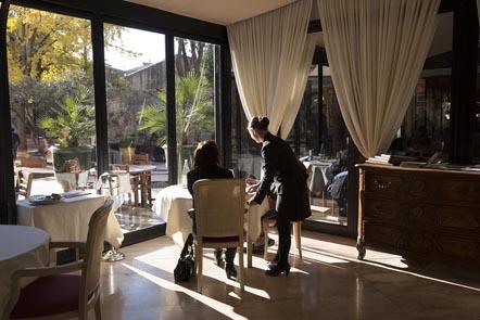 Service en salle avec vue sur le patio © Maurice Rougemont
