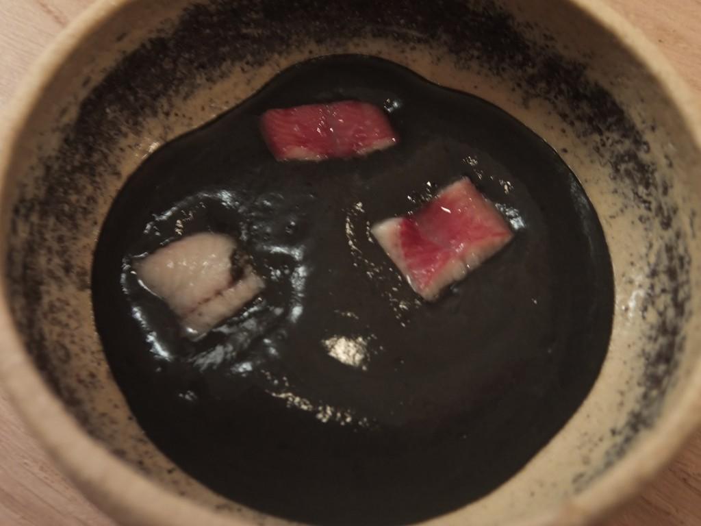 Anguille et mousse de sésame noir © GP