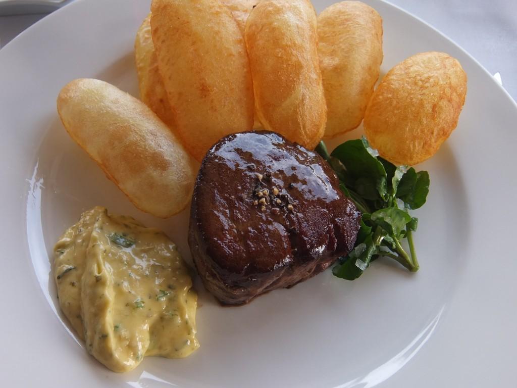 Coeur de filet de boeuf béarnaise et pommes soufflées ©GP